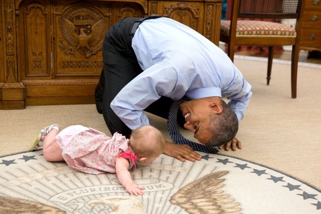 Barack Obama with Ella Rhodes, daughter of advisor Ben Rhodes (June 2, 2004 photo by Pete Sousa)