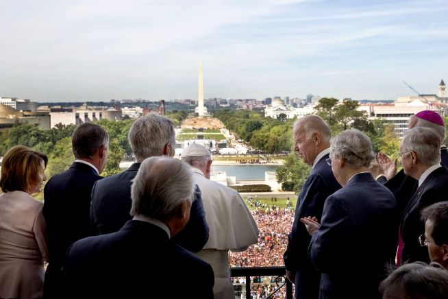 Pope Francis addresses the crowd assembled on the mall below the Speaker's Balcony of the U.S. Capitol following a Joint Meeting of Congress, Sept. 24, 2015 (WH PHoto)
